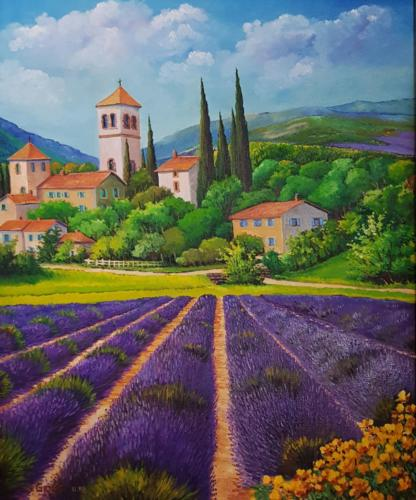 Blühendes Lavendel-Feld vor einer südfranzösischen Ortschaft in der Provence - Frankreich